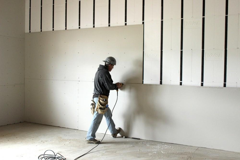 """Отделка стен гипсокартоном - """"вторая молодость"""" помещения: Самый удобный способ обновить старые стены, скрыть их неровности и дефекты, избежав при этом использования различных строительных водных смесей – это отделка стен гипсокартоном. Листы из этого материала крепятся на каркас из металлических профилей, который монтируется к стене, потолку и полу. Стены из гипсокартона – это идеальная поверхность для оклейки обоями, а на влагостойкие гипсокартонные листы (ГКЛВ) можно накладывать даже керамическую плитку (например, в ванной комнате). Рассмотрим, как можно произвести отделку стен гипсокартоном при помощи наиболее применяемых металлических профилей и ГКЛ производства фирмы Тиги-Кнауф (Тиги-Knauf). Отделка стен гипсокартоном, профили и ГКЛ производства компании Тиги-Кнауф Листы для отделки стен гипсокартоном, которые производит эта фирма, обладают следующими характеристиками: длина - 2,5м ширина – 0,5-0,6м толщина – 0,1 или 0,12 см масса одного кв.метра – от 8,5 до 10 кг прочность на изгиб – 105кг на кв.см Каркас из профилей Тиги-Кнауф, монтирующийся при отделке стен гипсокартоном, комплектуется следующими элементами: ПН – профиль направляющий ПС – профиль стоечный ПП – профиль потолочный (применяется при отделке потолков) ПО – профиль облицовочный (имеет Л-образную форму) Профили Тиги-Кнауф изготавливаются длиной от 2,5 до 6,0 метра из оцинкованной стали и имеют швеллерообразную форму (ПН, ПС и ПП). Масса одного квадратного метра стены из гипсокартона, смонтированной с их применением, равна 15кг. На маркировке (например, 75/50) указывается размер спинки и полки профиля в миллиметрах (75 и 50, соответственно). Причём, размер спинки указывается на 1,5мм больше фактического. Инструменты и материалы, необходимые для монтажа стены из гипсокартона стена из гипсокартона Для отделки 1кв.м. стены гипсокартоном необходимо: один кв.метр ГКЛ толщиной 12,5мм (обозначен буквой «а» на рисунке) профиль направляющий ПН 75/40 (обозначен буквой «в» на рисунке) – 0,7м профиль стоечный """